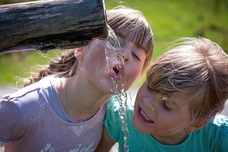 Děti by měly v létě vypít alespoň 2l vody