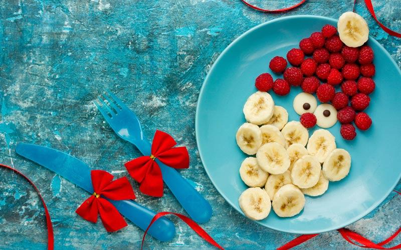 Mikuláš na talíři z banánu a malin