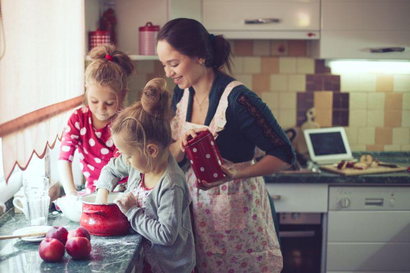 Maminka s dětmi v kuchyni