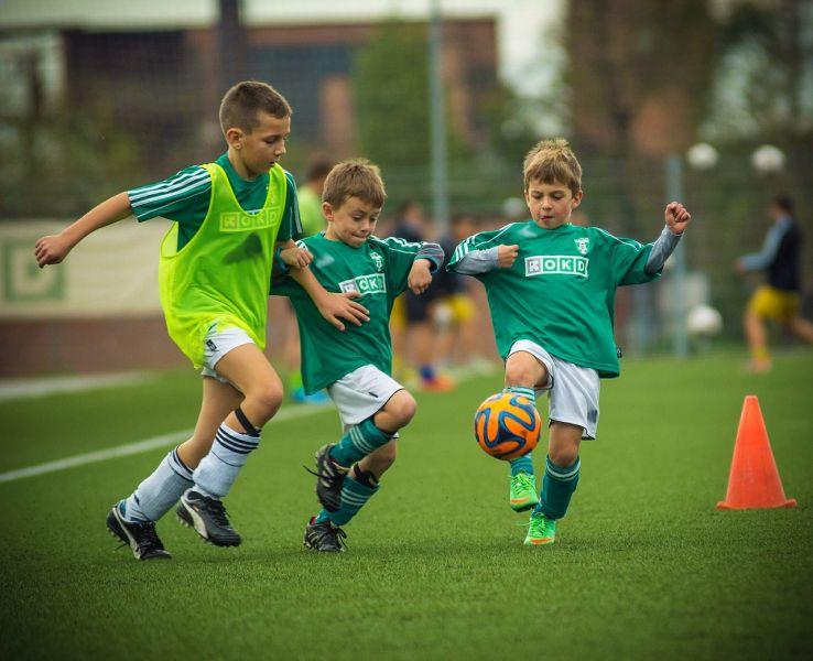 Děti hrajíci futbal