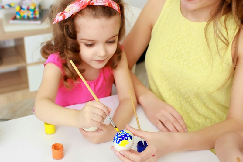 Máma s dcerou malují kraslice