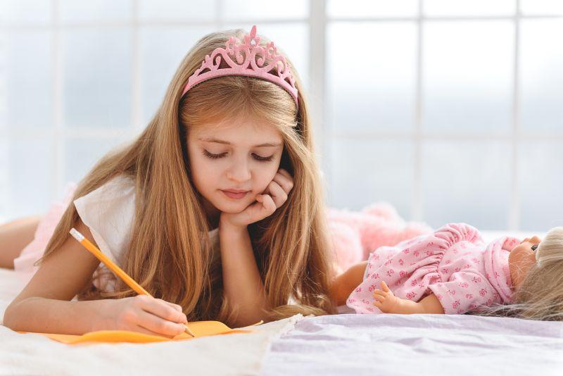 Děvčátko píšíci dopis