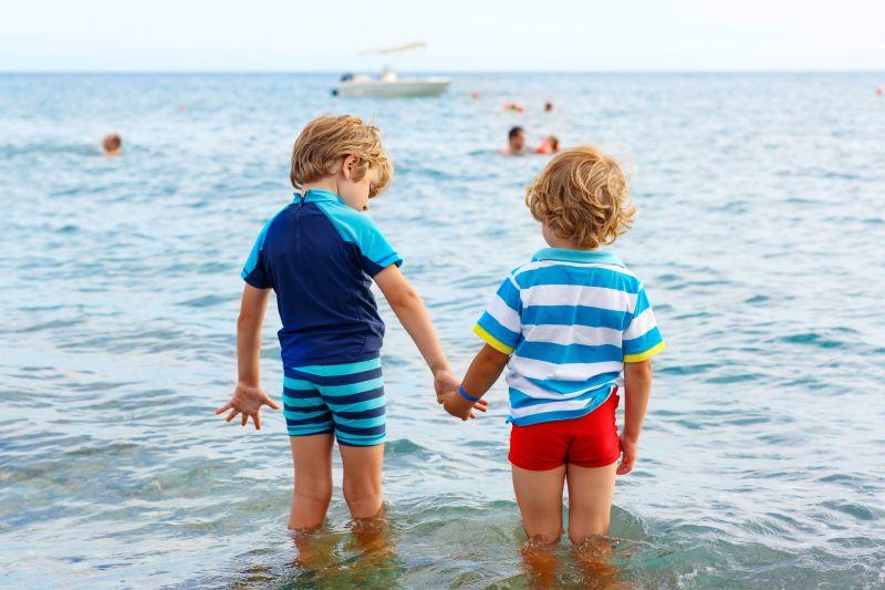Chlapci na břehu moře