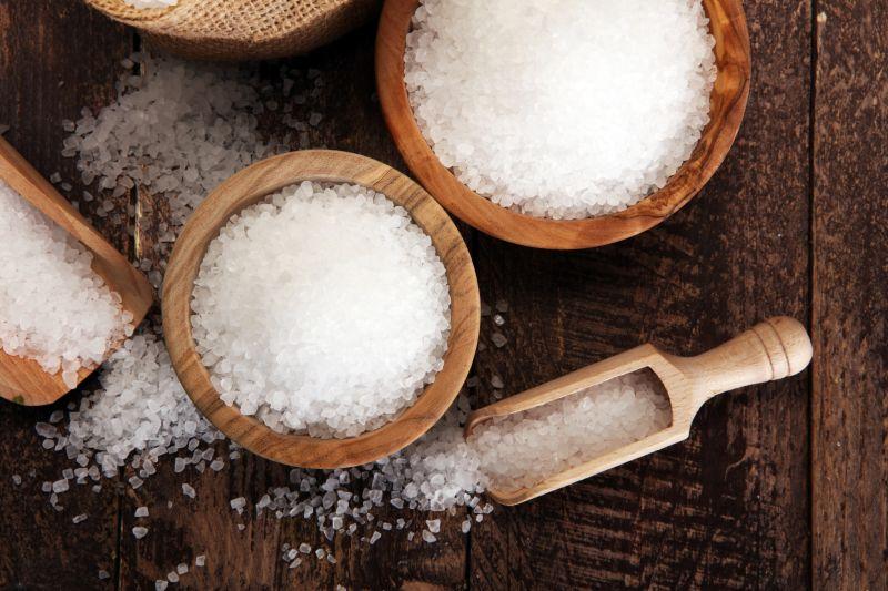 Dřevěná miska a naběračka se solí