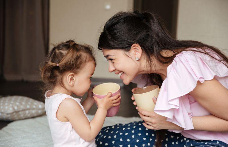 Máma s dcerkou si společně vychutnávají teplý nápoj