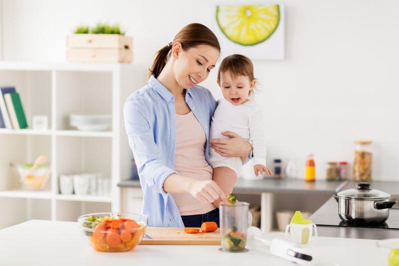 Máma s dcerou v kuchyni
