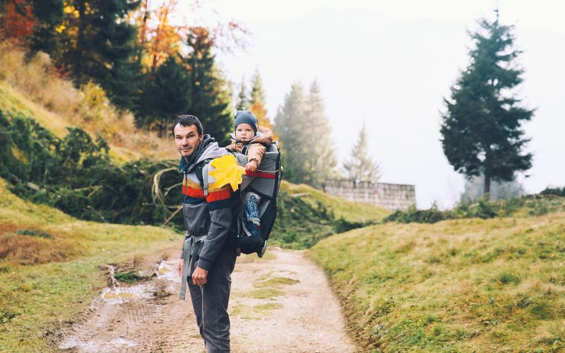 Otec s dítětem na procházce