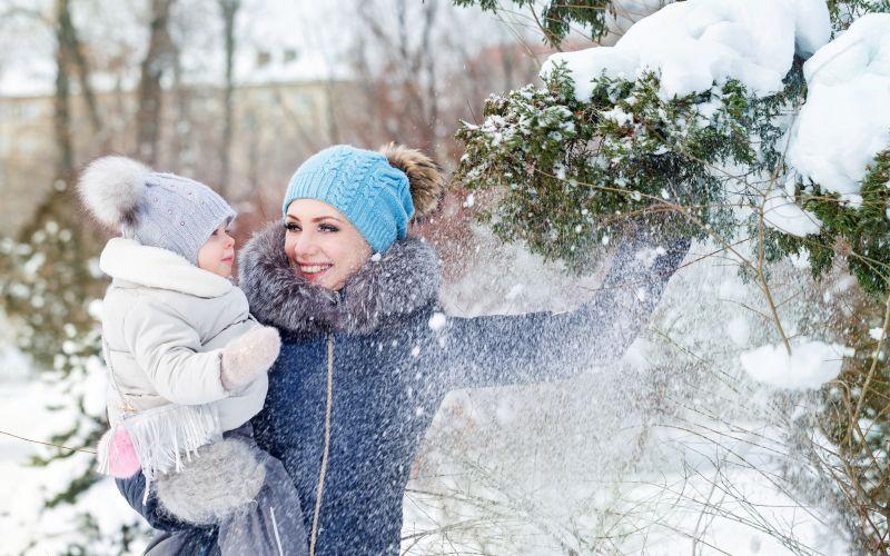 Máma s dcerou na zimní procházce