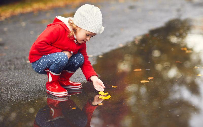 Dítě na procházce v přírodě