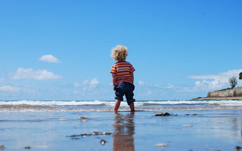 Chlapeček stojící ve vodě