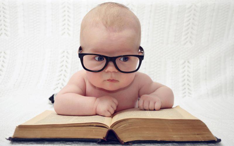 Moudré miminko v brýlích